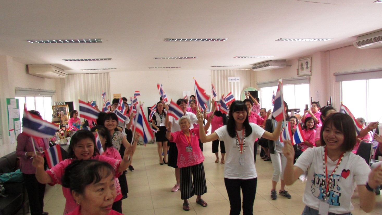 (Health-promoting physical activities during a visit to a group of elderly people in Bangkok)